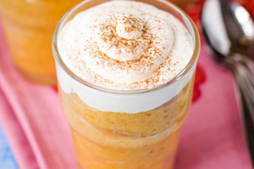 Geschichteter Aprikosenquark 250 g Quark,100 g Sahne,2 EL Backofen-Zuckerle Orange-Ingwer,1 EL Zitronensaft,4 frische Aprikosen,3–4 EL Backofen-Aprikosenkonfitüre Die Sahne mit einem Handrührgerät steif schlagen. Den Quark mit den 2 EL Backofen-Zuckerle Orange-Ingwer und der Zitrone glatt rühren. Die geschlagene Sahne vorsichtig unterheben. Die Aprikosen entsteinen, würfeln und mit der Backofen-Aprikosenkonfitüre vermischen. Nun die Quarkcreme und die Aprikosen abwechselnd in Gläser schichten.