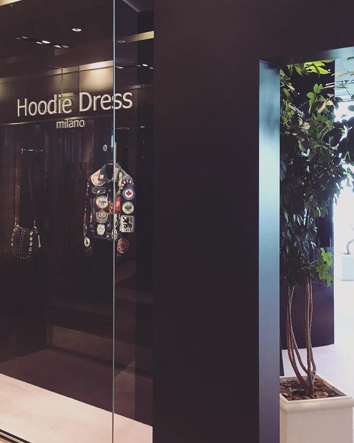Hoodie Dressのお洋服ですけど、今ミラノでデザイナーが製作中です_フーディードレス_コモスクエア_COMO_SQUARE_田市