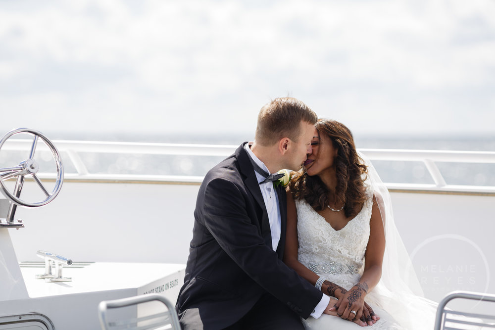 infinity_ovation_yacht_wedding_detroit_melaniereyes25.jpg