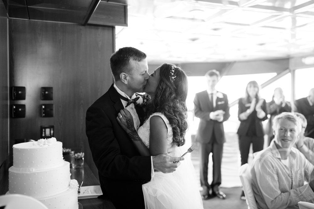 infinity_ovation_yacht_wedding_detroit_melaniereyes42.jpg