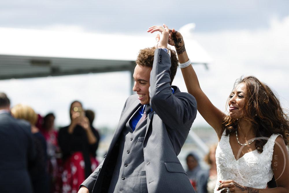 infinity_ovation_yacht_wedding_detroit_melaniereyes57.jpg