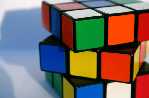 """""""img_post_blog_11_08_2015.jpg"""" ou """"cubo-magico.jpg"""". Qual faz descrição faz mais sentido?"""