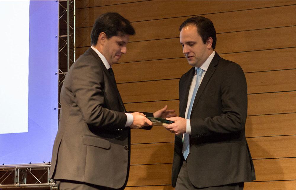 Nosso CEO, Fabrício Buzzatti, recebendo o prêmio da Frost & Sullivan