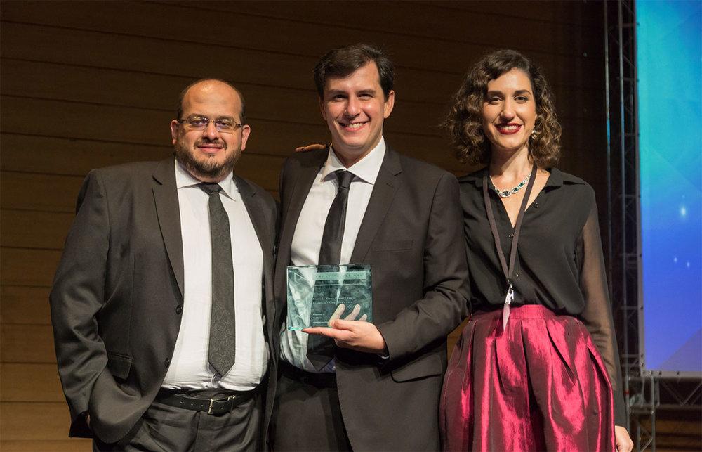 Equipe fundadora Omnize recebendo o prêmio: Ricardo Galvão, CTO, Fabrício Buzzatti, CEO e Helena Simon, CMO