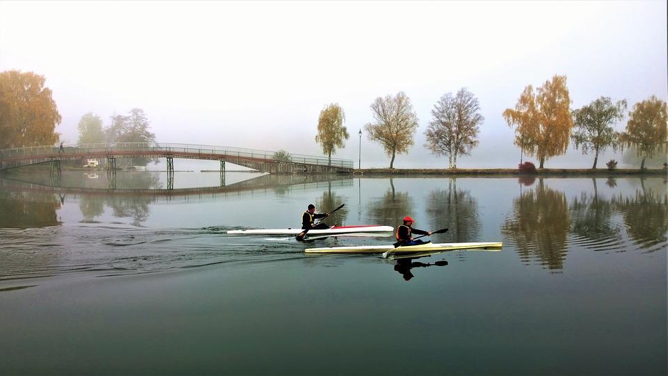 canoes-2914437_960_720.jpg