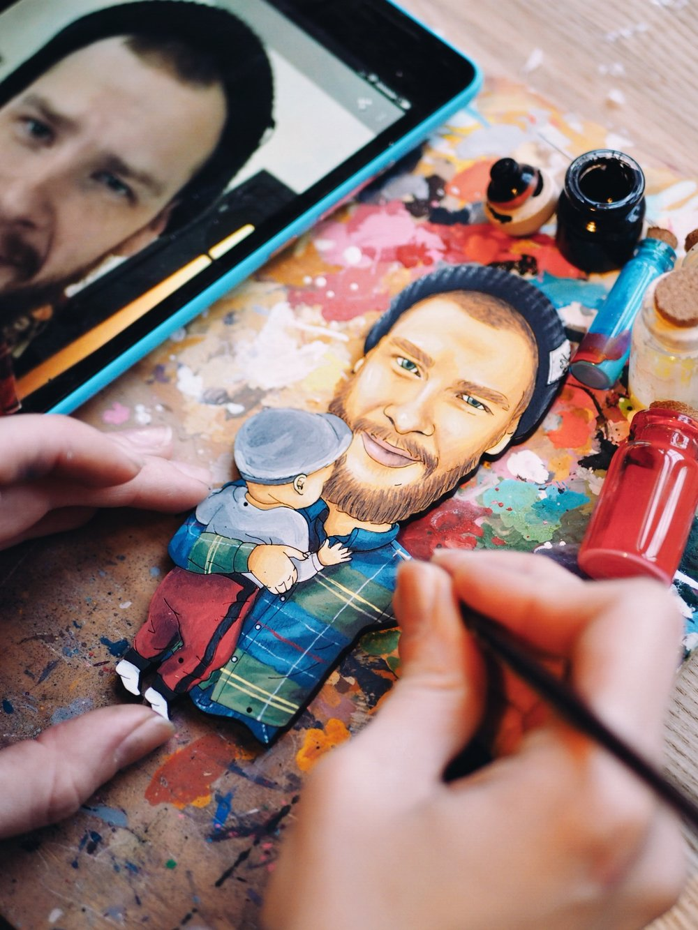 Все руками - Мы берем ваши фотографии, кусок клена и рисуем на нем маленького человека. Очень похожего. Ну прямо очень.