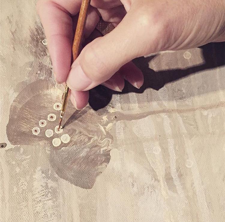 Nærbilde hånd maler valmuer.jpg
