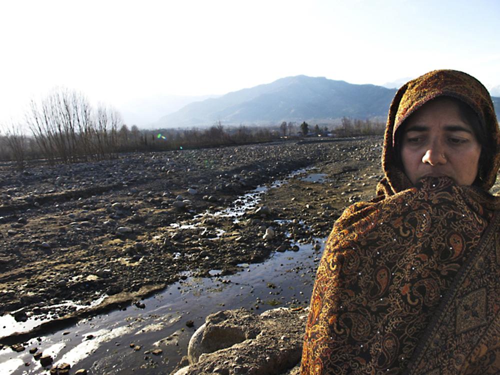 """Swatdalen, 2010. Aisha fick se hela sitt liv sköljas bort när en femtedel av Pakistan las under vatten i landets värsta översvämningar någonsin. Nu vet hon inte var hon ska ta vägen. Foto från Shora Esmailians reportageresor inför boken """"Ur askan - om människor på flykt i en varmare värld"""" (Natur & Kultur 2012) - Sveriges första, och hittills enda bok om klimatflyktingar."""