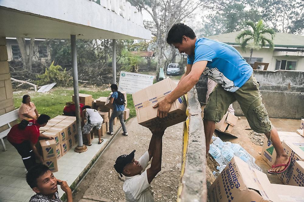 Tyfonen Haiyan, Röda Korsets frivilliga levererar förnödenheter till Juan B Dosado-sjukhuset i Norra Cebu. Foto: Jarkko Mikkonen/Finnish Red Cross