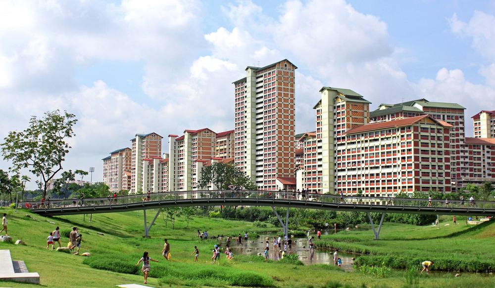 Families rediscovering nature in downtown Singapore: Bishan-Ang Mo Kio Park, Singapore Bild: Atelier Dreiseitl