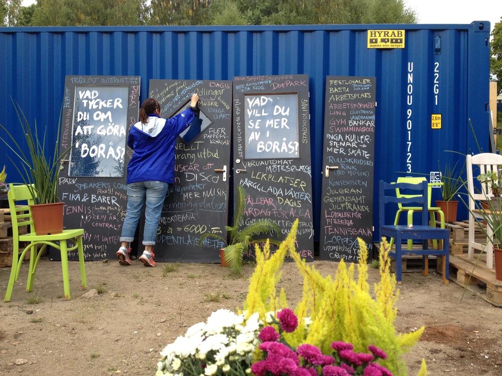 En tillfällig mötesplats på platsen där den nya stadsdelen skall byggas. Foto: Kristina Axelsson