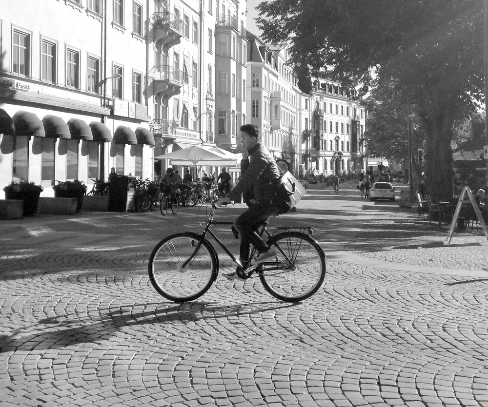 Riskkompensation handlar om att inta ett mer riskfyllt beteende i miljöer som innefattar låga risker, än i de med höga (Fick 2010). Det kan till exempel handla om att inte använda cykelhjälm och att ägna sig åt distraherande aktiviteter under färd.