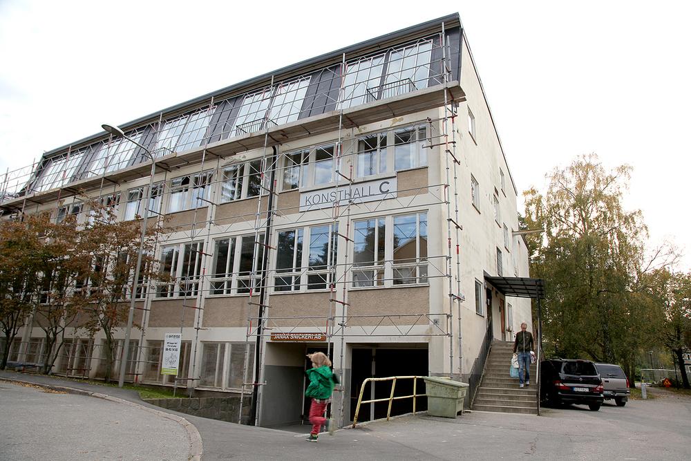Konsthall C i Hökarängen är beläget i en centraltvättstuga. Delar av den används fortfarande som tvättstuga för de boende i området. Foto: Andrea Creutz, 2015.