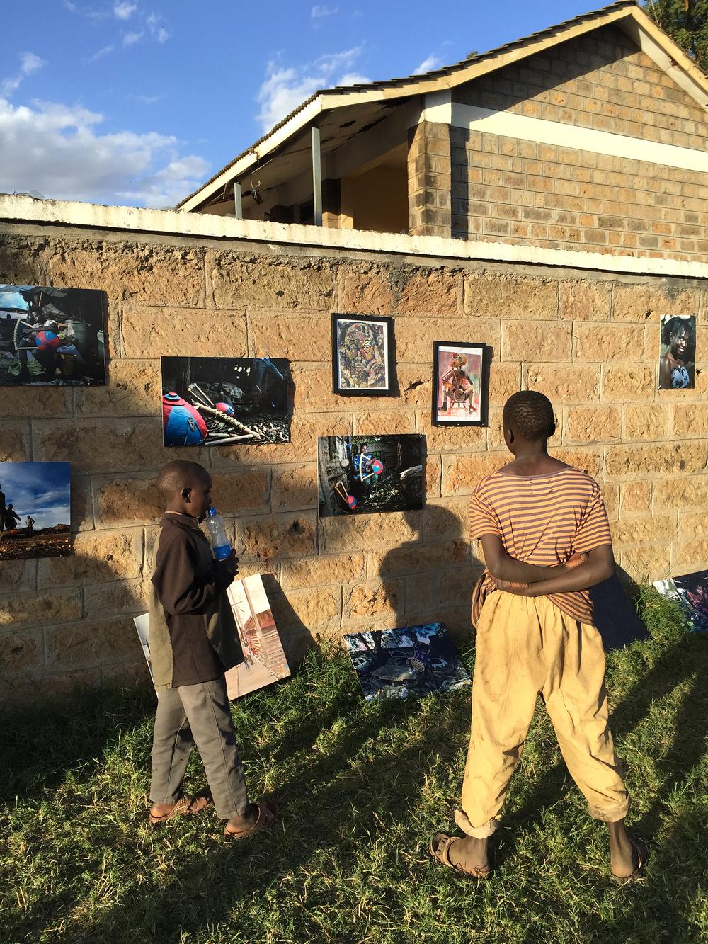 I det mycket tätbebyggda området i Korogocho utgör gatan det huvudsakliga offentliga rummet och används ofta som en förlängning av det privata hemmet. Projektet Talking walls syftar till att engagera barn och unga som medkreatörer i utvecklingen av sin stadsdel.