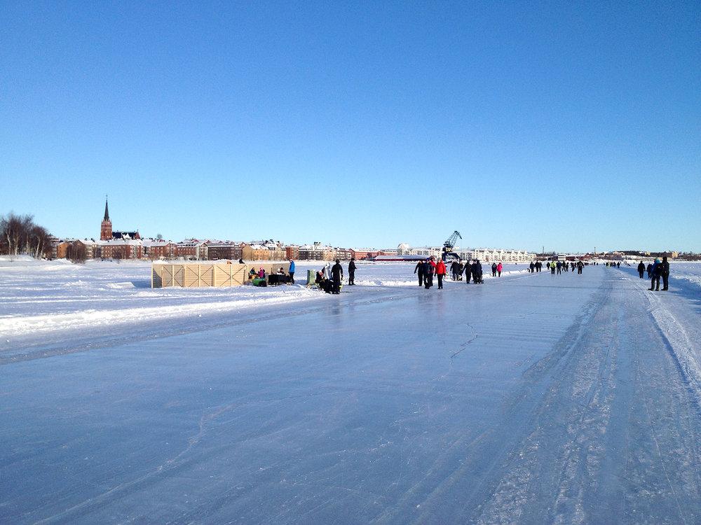I städer och samhällen med kalla vintrar finns det möjligheter att utnyttja snön och isarna till upplevelserika och stärkande utomhusaktiviteter. Här är två exempel från Luleå.