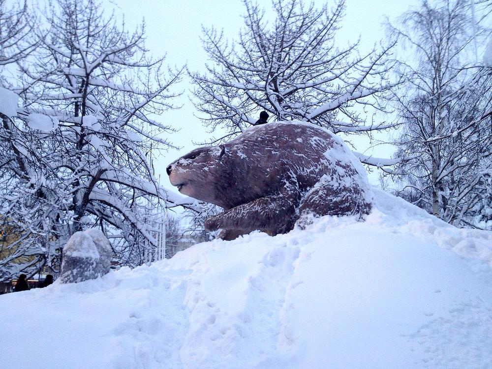 Snöskulptur och rutschbana. Ett återkommande vinterelement i Luleå stadspark.