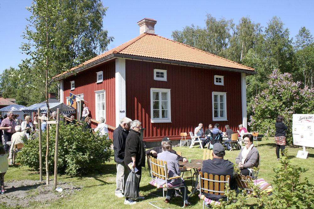 Bruksmuseet ligger vid Herrgårdsparken och ägs av Nätra hembygdsförening. Det är en tidstypiskt rekonstruerad arbetarbostad med kök, kammare och sal. Genom fotografier och övriga samlingar kan man fördjupa sig i brukssamhällets historia från 1800-talet och fram till nutid. Museet erbjuder guidningar under sommaren och driver Sveas café. Foto: Roland Näslund