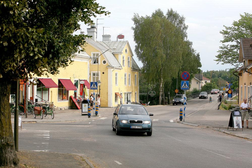 Gästgiveriet och strömbron i centrala Borensberg. Här finns en viss stadsmässighet. Foto Motala kommun.