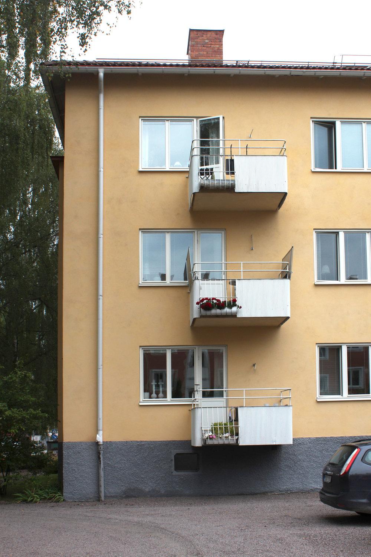 Förr var det vanligt att sidoförskjuta balkongen för att få mer ljus in lägenheten nedanför. Idag är balkongerna ofta stora och djupa och tänker ibland hela fasadlängden.