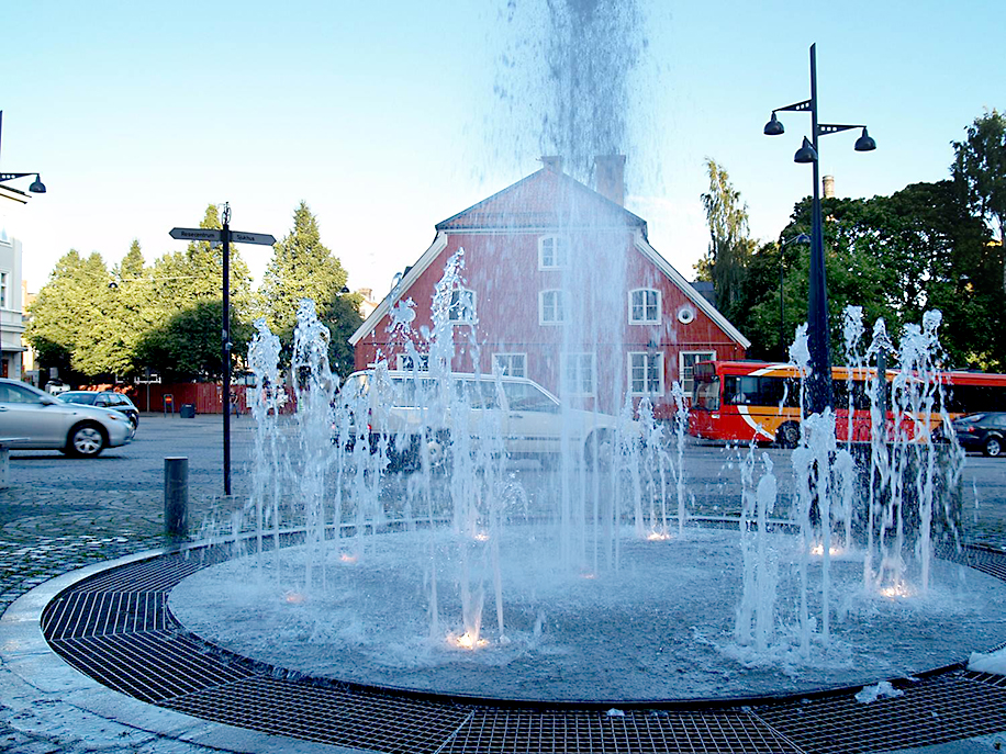 """Norrköping. Skvallertorgets trafiklösning är ett exempel på ett delat trafikrum """"shared space"""". En tidigare ljusreglerad trafikkorsning har utvecklats till en uppskattad stadsmiljö för fotgängare och cyklister som därmed fått större utrymme och makt över trafikrummet.(Exempel på radikalt innovativa projekt)"""