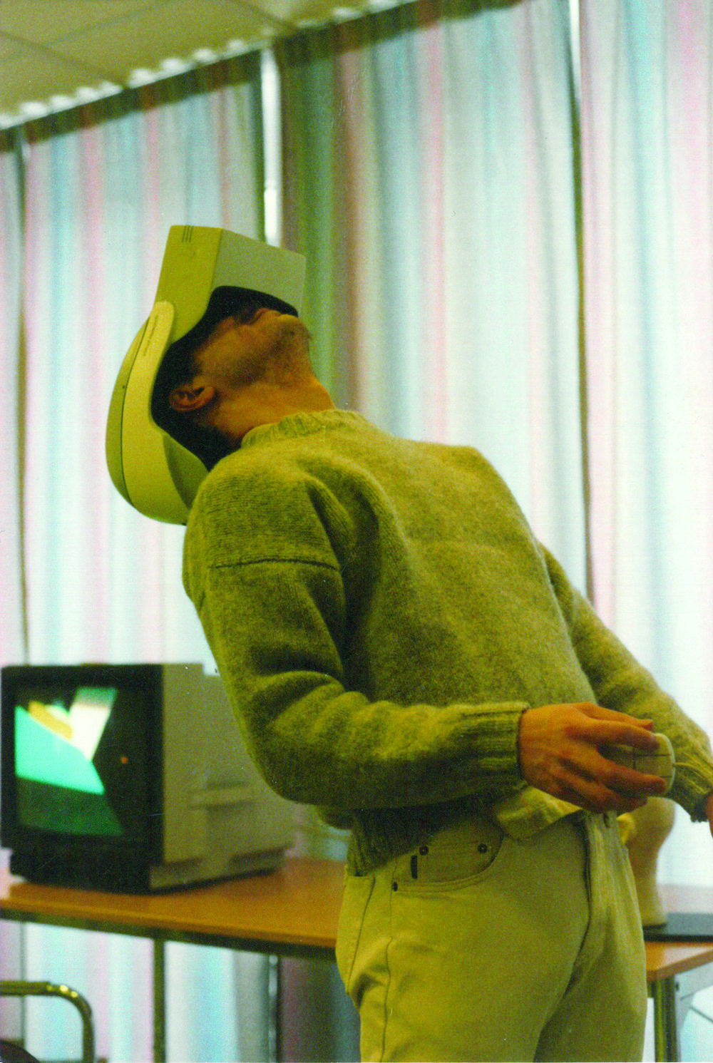 Virtual Reality 1993  Det här är jag och min klasskamrat. Vi går sista året på Inredningsarkitektur på Konstfack och året är 1993. På oss har vi vad som då kallades VR-hjälm. Kanske inte lika smidiga som dagens headsets men konceptet är ändå detsamma som idag. Vi gjorde vårt examensarbete på SICS (Swedish Institute of Computer Science) i Kista och det handlade om gestaltning av virtuella mötesplatser. På SICS arbetade man bland annat med forskning inom Virtual Reality och det som fascinerade mig dåvar att man var så tydligt influerad av science fiction. De refererade ofta i sin forskning till William Gibson och begrepp som cyberspace och avatarer. Virtual Reality behöver inte innebära att man använder ett headset och ett headset innebär inte att det man ser är Virtual Reality.
