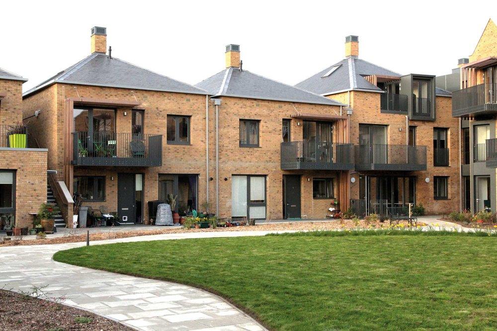 OWCH i Barnet utanför London, en uppskattad nybyggd bogemenskap för kvinnor 50+ med 24 lägenheter och gemensamma lokaler. Ett reportage i BBC Short har visats 4,6 milj. gånger (foto Kerstin Kärnekull).