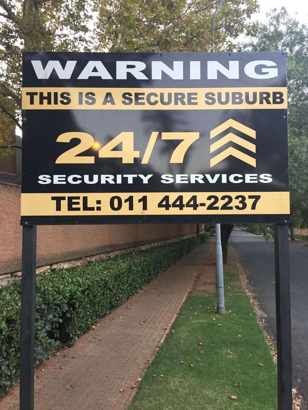 Säkerhetsskylt i en av Johannesburgs norra förorter.