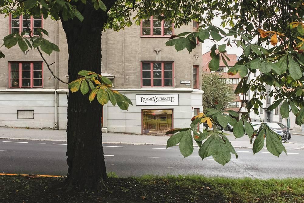 Rammeverkstedet ligger i August Cappelens gate 3a, noen hundre meter opp Kirkeveien fra Majorstuen. Kontakt: 22 69 29 60
