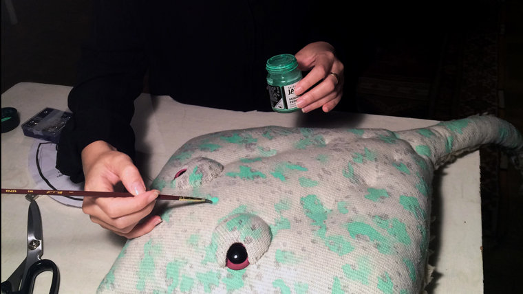 Giving a stingray its bright, mottled paint job.