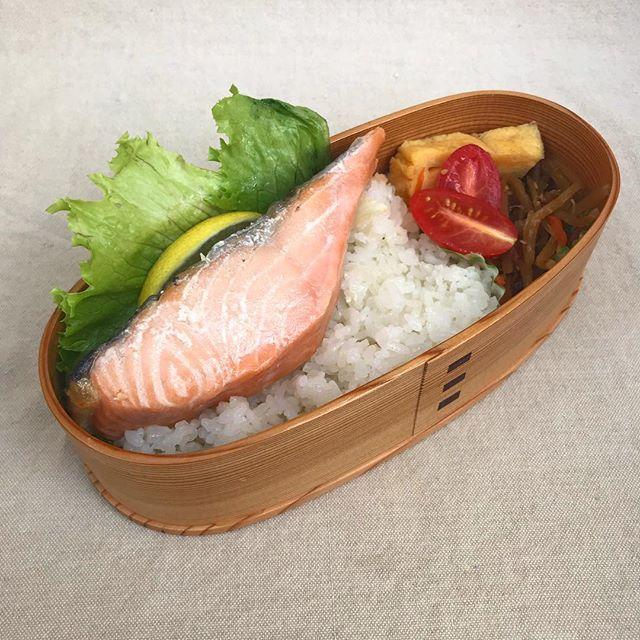 In today's bento is salmon, rice, egg omelette, carrot with burdock root and a tiny tomato. I hope you have a great day! . . . . #bento #bentobox #austin #bentolunch #lunch #obento #obentogram #lunch #lunchideas #salmon #japaneselunchbox  #obentobox #bentoideas #bentoboxlunch #弁当 #お弁当 #今日のお弁当 #お弁当記録 #私の弁当 #手作り弁当 #アメリカ人 #おべんとう #お弁当作り #お昼ごはん #自分弁当 #フード #おいしい #オベンタグラム #お弁当作り楽しもう部 #楽しいお弁当作り