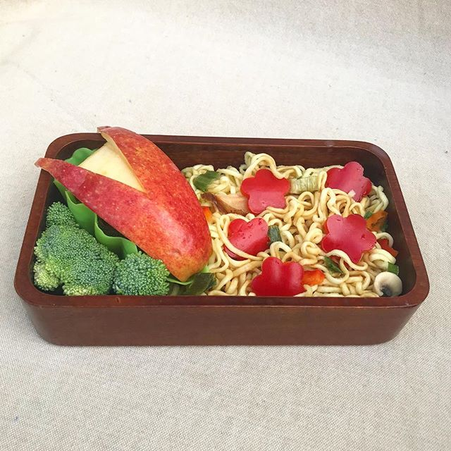 In today's bento is broccoli, an adorable apple rabbit and noodles with veggies. I hope you have a great day! . . . . #bento #bentobox #austin #bentolunch #lunch #obento #obentogram #lunch #lunchideas #japaneselunchbox  #obentobox #bentoideas #bentoboxlunch #弁当 #お弁当 #今日のお弁当 #お弁当記録 #私の弁当 #手作り弁当 #アメリカ人 #おべんとう #お弁当作り #お昼ごはん #自分弁当 #フード #おいしい #オベンタグラム #お弁当作り楽しもう部 #楽しいお弁当作り #野菜