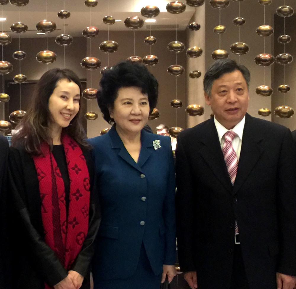 右起:李強民總領事、裘援平主任和高曉慧校長