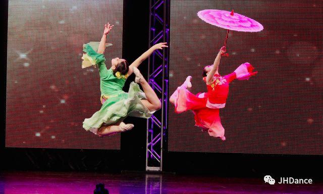 """1997年,中國著名舞蹈藝術家周潔女士懷著一顆至美之心, 在美國休斯頓創辦了第一所品牌舞蹈學校。出色的教學和傑出的文化藝術傳播,使之成為全美最成功,發展最快的舞蹈學校,也是休斯頓唯一的橫跨中美兩地的舞蹈學校。    秉著""""以演出練""""的教學方針,學生們參加演出、 比賽和社會公益活動數千場,亞美藝術節、NBA賽場、 美國達人秀、馬可波邏頒獎、中央電視臺、上海世博會、休斯頓春晚 、颶風慰僑義演等,J&H 的身影閃動在休斯頓城市和中美兩地的 各大舞臺;有100多位同學在中美兩地舞蹈大賽中獲獎。   每年的全美舞蹈賽季,J&H都會滿載而歸。那些炙手可熱,競爭激烈的比賽 StarQuest, Dance Showstopper, Platinum Dance, Dance Showcase,Starbound等,不僅賦予學生歷練的機會,更是展現了她們優異的水平。 值得一提的是,我們連續三年榮獲StarQuest全美總決賽總分冠軍,並以《碗歌》榮獲了至高的""""頂點獎""""!"""