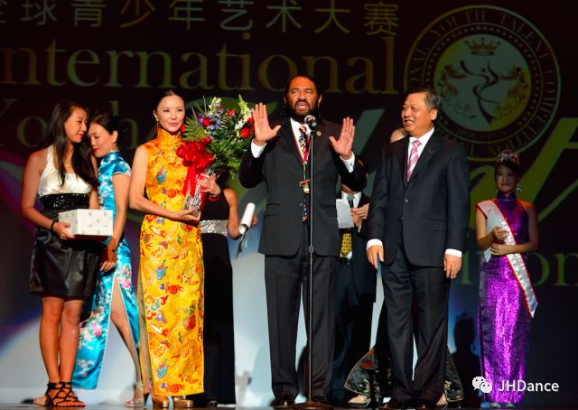 """學校被國務院僑辦授予""""海外華文教育基地""""""""華夢計劃基地"""", 每年在中美兩地舉辦""""尋根之旅""""""""相約上海"""" """"中華大樂園"""" 及夏令營、舞蹈大賽、大師班等,向華裔青少年傳 授中國文化,搭建和全世界華裔青少年交流的平臺,傳遞友誼。被中國上海戲劇學院舞蹈學院授予教師基地和招生基地。作為中美交流的橋梁,學校得到了中國國務院僑辦及中美兩國社會的充分肯定。周潔、曉慧校長受到了前布什總統、基辛格博士的親切接見和高度贊賞,為感謝中國藝術家的成就,美國國會議員Al Green、Jackson Lee給學校頒發了""""文化大使""""和""""傑出貢獻獎"""",休斯頓市長李布朗頒布市長令,11月20日為舞蹈學校日。"""