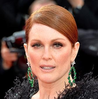 Julianne Moore in Chopard emerald and diamond statement earrings.