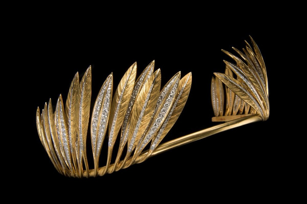 Verduradesigned this tiara in 1957 for Betsey Cushing Whitney and drew on Native American culture for inspiration. It's heaven.