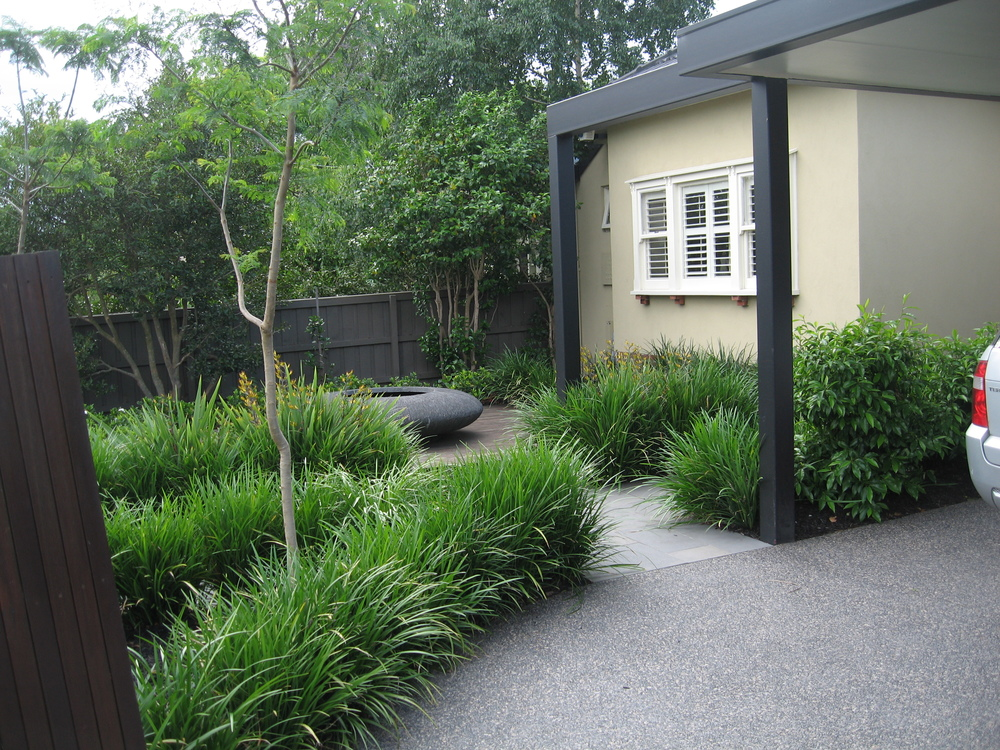 The garden blends into the carport and driveway area to help create a feeling of openness and space.