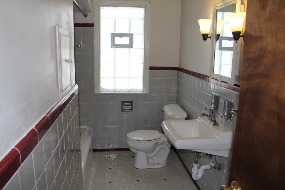 5200 Lodewyck bathroom (downstairs) 1.jpg