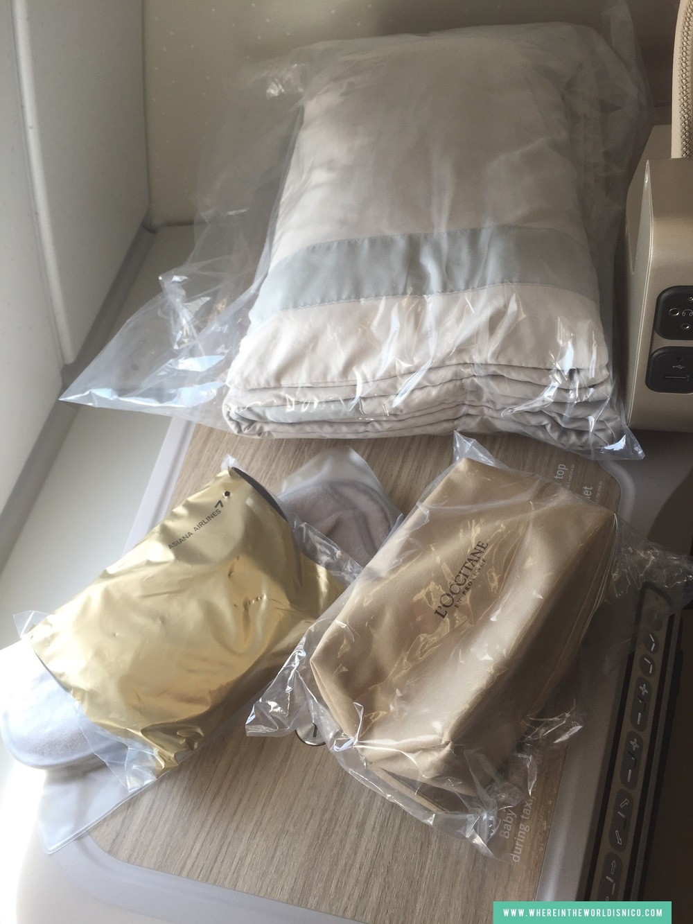 asiana-a380-icn-lax-blanket-amenity-kit.JPG