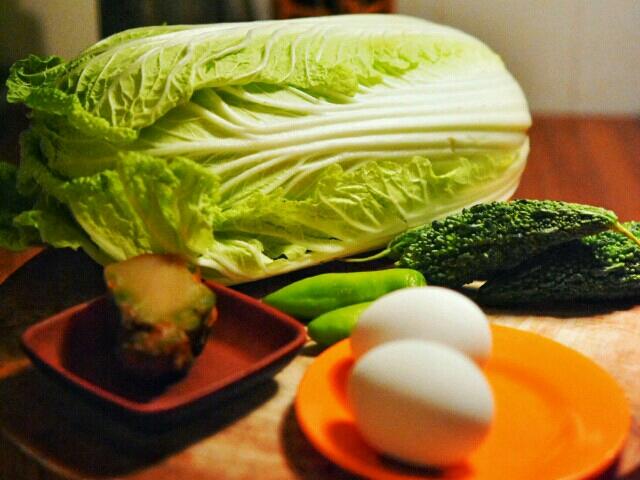 med klokka: zha-cai, kinakål, karela, grønn chilli, egg 顺时针:榨菜,大白菜,苦苦的苦瓜,青椒,鸡蛋