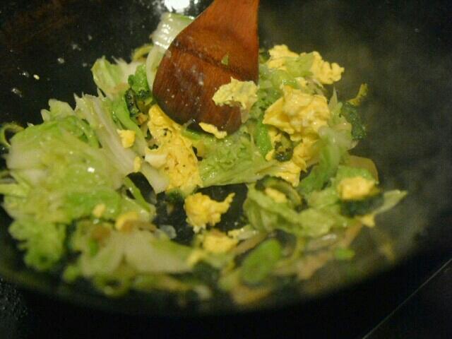 forsett så sukksesivt med chilli, karela, kinakål, og egg, la det gå ca. 30 sek mellom hver 然后青椒,苦瓜,白菜,鸡蛋,每一个只要半分钟