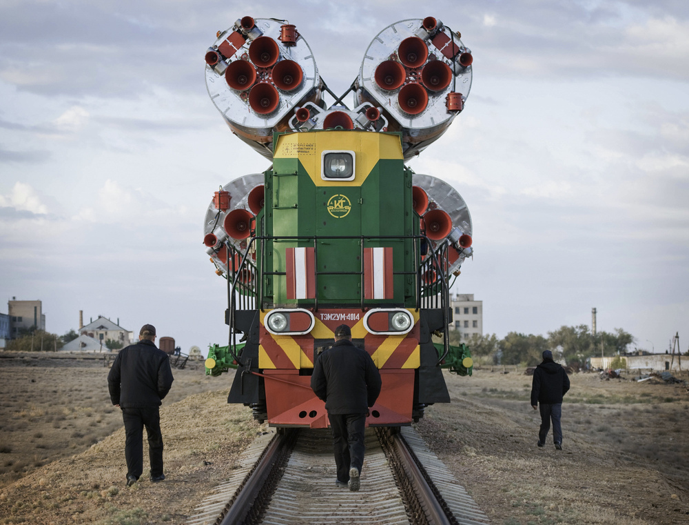 The Soyuz TMA-01M spacecraft is rolled out by train to the launch pad at the Baikonur Cosmodrome, Kazakhstan, Tuesday, Oct. 5, 2010. The TMA-01M is a new modified Soyuz vehicle that features upgraded avionics and a digital cockpit display. The crew of Expedition 25 Soyuz Commander Alexander Kaleri, NASA Flight Engineer Scott Kelly and Russian Flight Engineer Oleg Skripochka is scheduled for Friday, Oct. 8, 2010 at 5:10 a.m. Kazakhstan time. (NASA/Carla Cioffi)