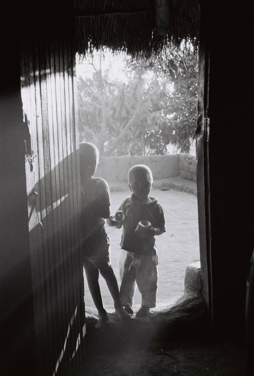 Andrew Tshabangu, Children playing at the door II, Magangeni, Limpopo, Courtesy Galerie, Cologne.jpg