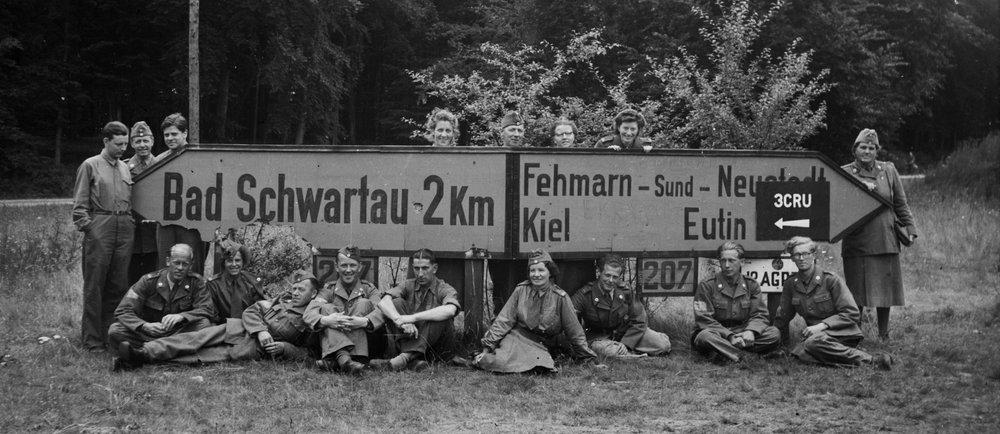 Svenska utsända i Röda Korsinsatsen i Tyskland efter andra världskriget. Ur Bertil Fröderbergs arkiv.
