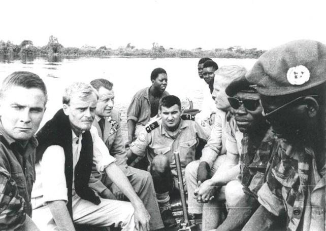 På bilden från vänster: Bertil Wedin, Tim Knight, major Munthe-Kaas, båtägaren, pilot Lennart Edvinsson, två gendarmer, pilot Olle Andersson, gendarmofficer, gendarmernas befälhavare (bär Munthe-Kaas FN-basker. Källa: Tim Knight. (se länk längst ner på sidan)