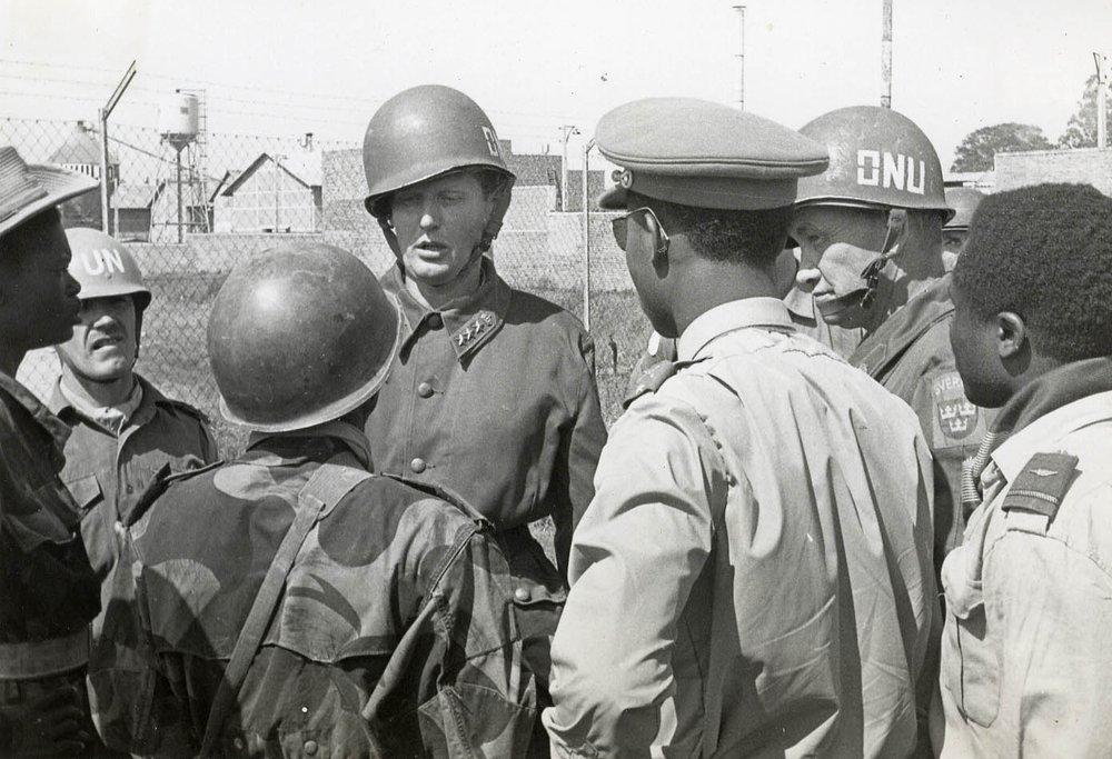 Överste Jonas Waern i bildens mitt. Kongo 1961. Foto: Lars Frost.