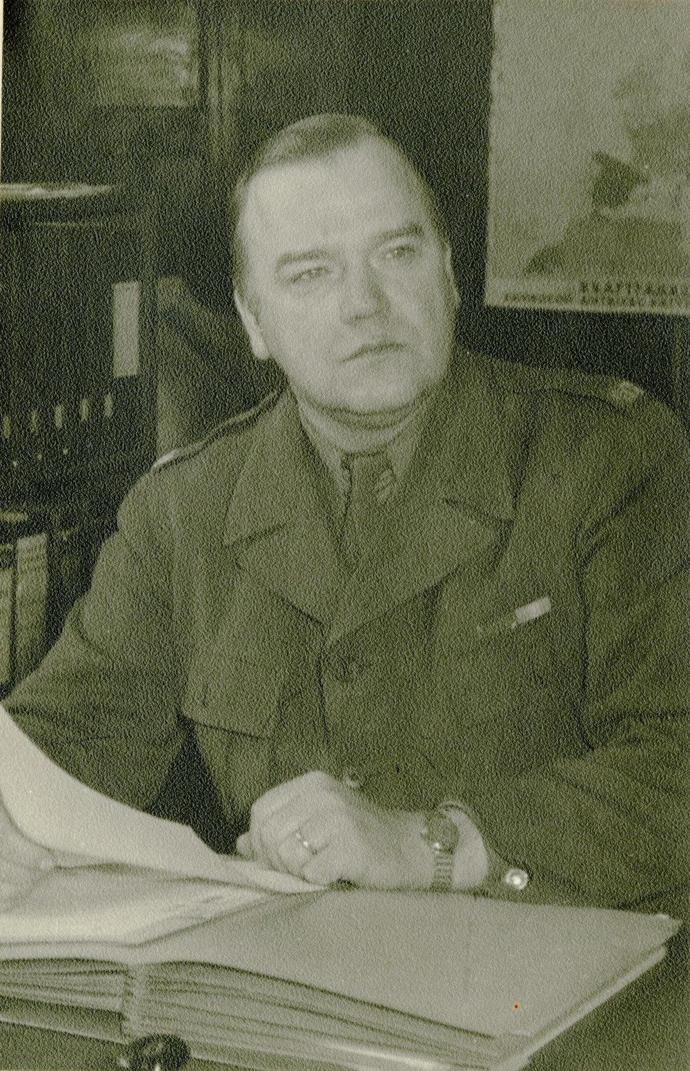 Gösta Lundin på kontoret i Lübeck, december 1946. Ur Gösta Lundins arkiv
