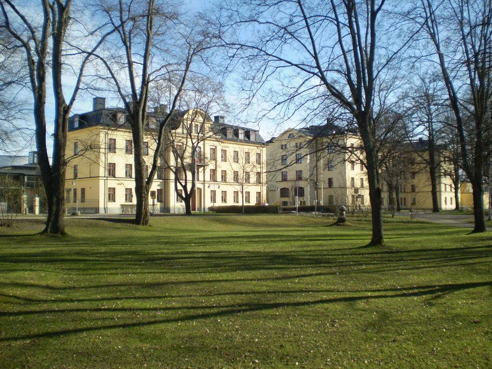 Kanslihuset samt B-kasernen vid f.d. Hälsinge regemente, I 14, i Gävle. Byggnaderna är sedan 1995 en del av Högskolan i Gävle. Foto: Joshua06, Public Domain.