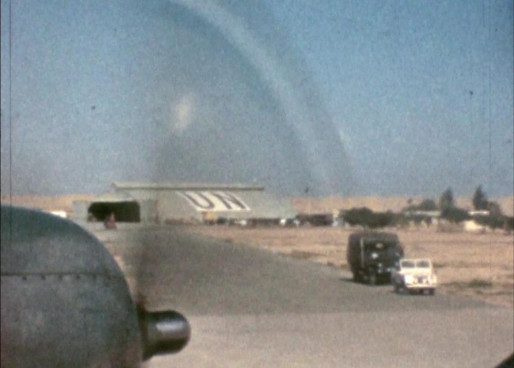 Planet med FN-soldaterna landar på flygplatsen El-Arish i Egypten 1959. Stillbild ur film av Per-Åke Strandin.