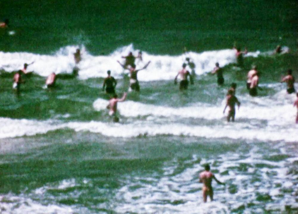 """Svenska soldater på """"beachen"""". Stillbild ur film av Per-Åke Strandin."""